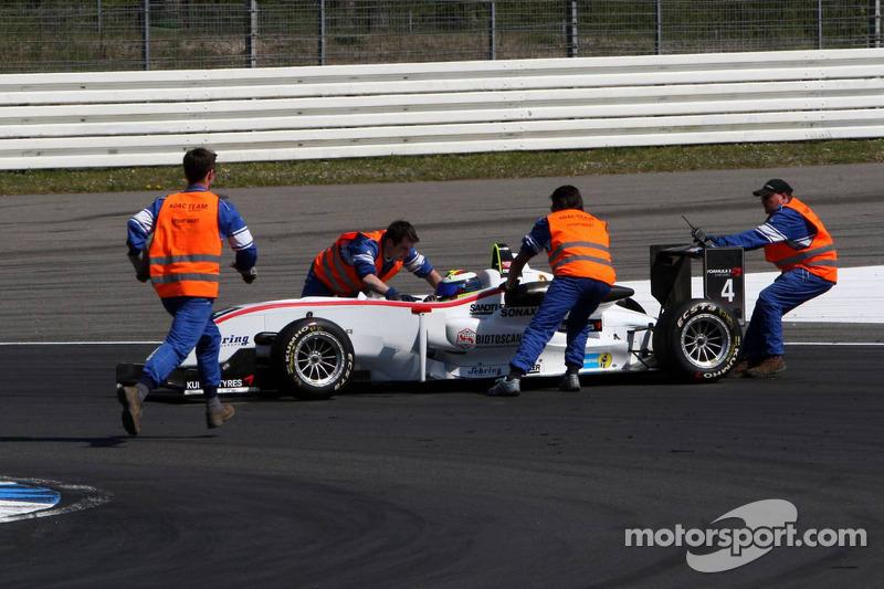 Marshals met de wagen van Carlos Munoz, Mücke Motorsport, Dallara F308 Mercedes