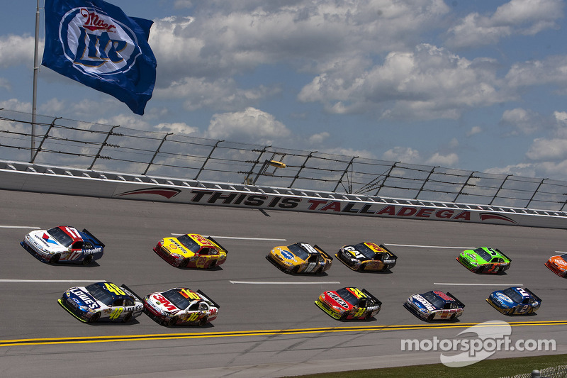 Matt Kenseth, Roush Fenway Racing Ford et Jimmie Johnson, Hendrick Motorsports Chevrolet en tête