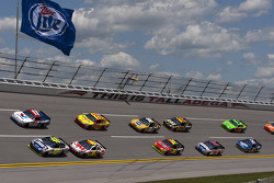 Matt Kenseth, Roush Fenway Racing Ford and Jimmie Johnson, Hendrick Motorsports Chevrolet lead the field