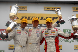 Race 1 Podium: 1ste Tom Chilton, 2de Gordon Shedden, 3de Tom Onslow-Cole