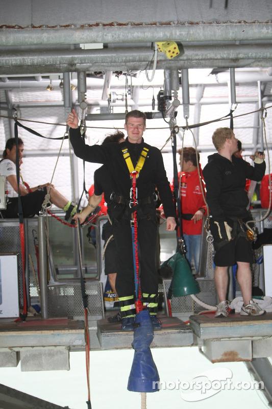 Miikka Anttila bungeejump van Auckland Bridge