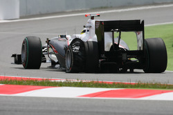 Pedro de la Rosa, BMW Sauber F1 Team with a punctured tyre