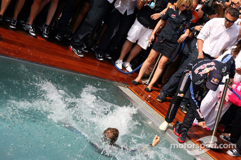 Second place Sebastian Vettel, Red Bull Racing tries to push Mark Webber, Red Bull Racing intot he pool