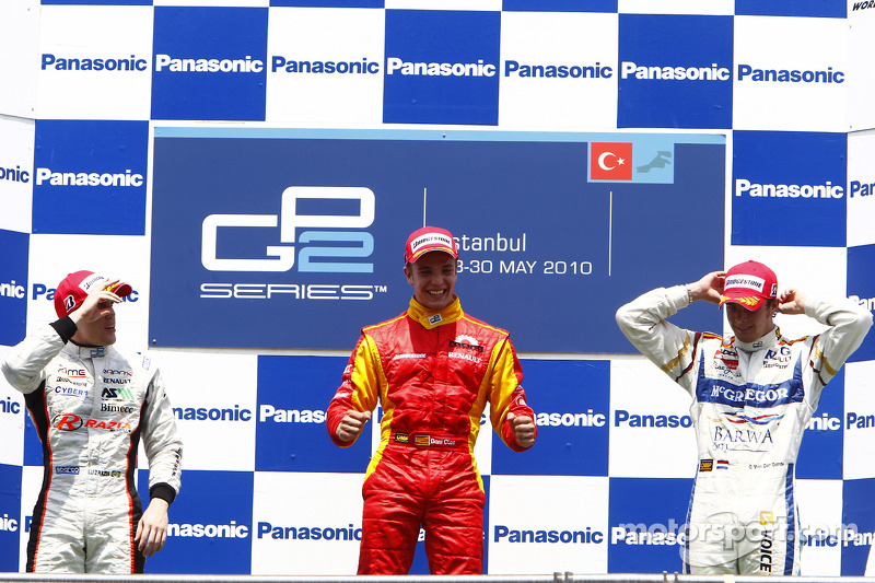Dani Clos viert zijn overwinning op het podium met Luiz Razia en Giedo Van der Garde