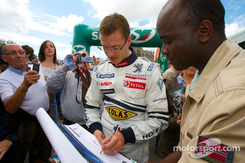 Sébastien Bourdais signeert handtekeningen