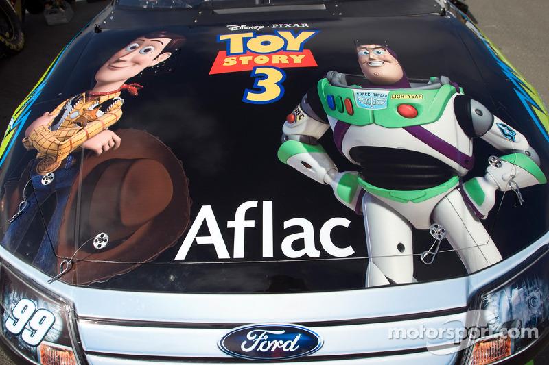 De motorkap van de No. 99 Aflac met stickers van Toy Story 3