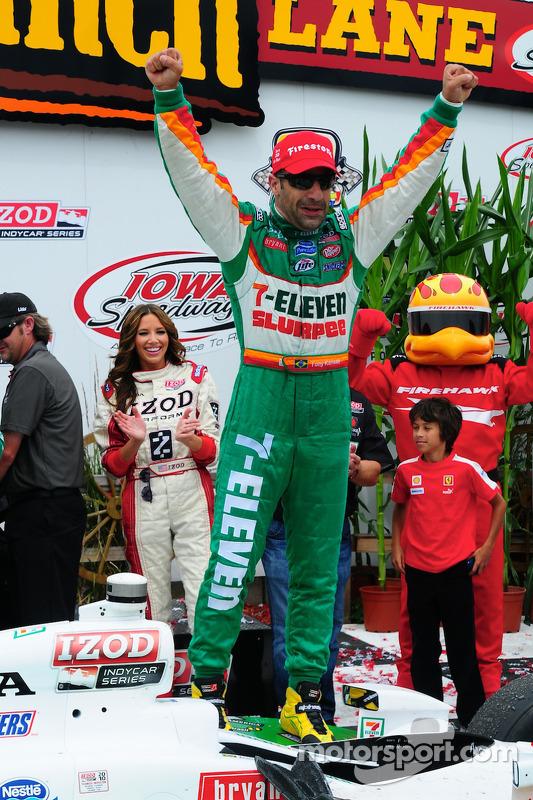Victory lane: race winnaar Tony Kanaan, Andretti Autosport