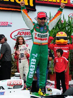 Victory lane: race winner Tony Kanaan, Andretti Autosport