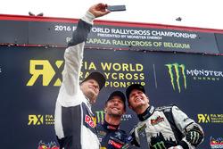 Podium: pemenang Mattias Ekstrテカm, EKS RX, peringkat kedua Sテゥbastien Loeb, Team Peugeot Hansen, peringkat ketiga Petter Solberg, Petter Solberg World RX Team take selfie