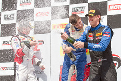 GT Cup podium: peringkat kedua Alec Udell, juara lomba Sloan Urry, peringkat ketiga Corey Fergus