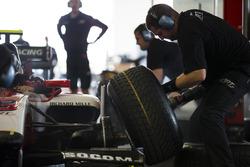 ART Grand Prix practicar un pit stop