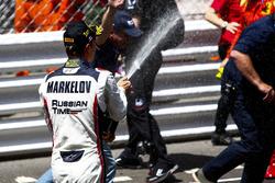Победитель - Артем Маркелов, RUSSIAN TIME празднует с шампанским