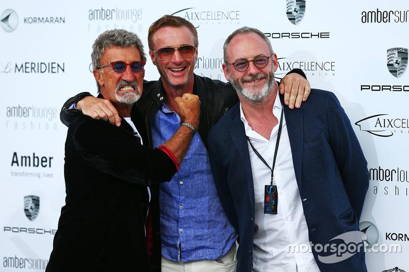 Eddie Jordan, BBC Television Pundit con Eddie Irvine, y el actor Liam Cunningham en el Amber Lounge Fashion Show