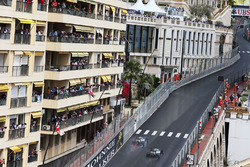 Lewis Hamilton, Mercedes AMG F1 W07 Hybrid passeert ploegmaat Nico Rosberg, Mercedes AMG F1 W07 Hybrid