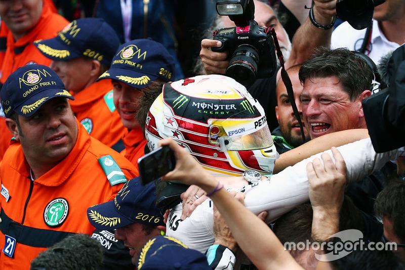 Il vincitore ella gara Lewis Hamilton, Mercedes AMG F1 festeggia con il team al podio