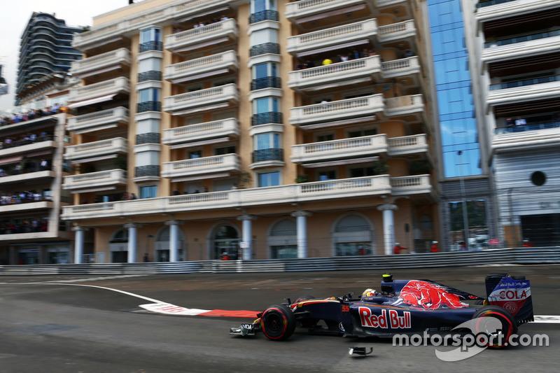 Carlos Sainz Jr., Scuderia Toro Rosso STR11 supera i detriti