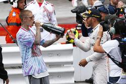 Ganador de la carrera Lewis Hamilton, Mercedes AMG F1 celebra con Justin Bieber, en el podio