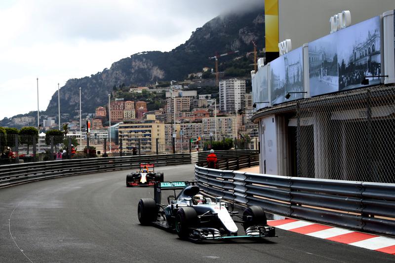 Lewis Hamilton, Mercedes AMG F1 W07 Hybrid memimpin Daniel Ricciardo, Red Bull Racing RB12