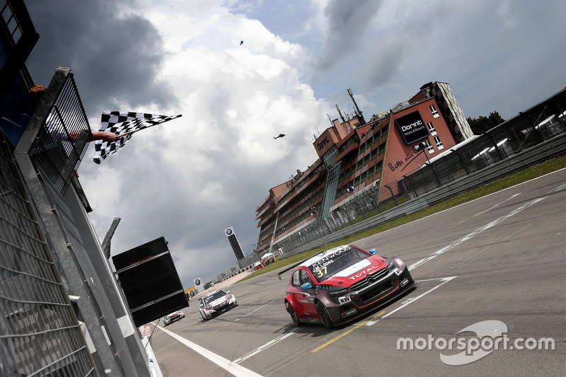 Checkered flag for José María López, Citroën World Touring Car Team, Citroën C-Elysée WTCC