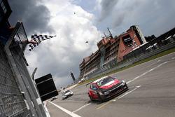 Checkered flag for José María López, Citroën World Touring Car Team, Citroën C-Elysée WTCC