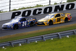 Chase Elliott, Hendrick Motorsports, Chevrolet; Kyle Busch, Joe Gibbs Racing Toyota
