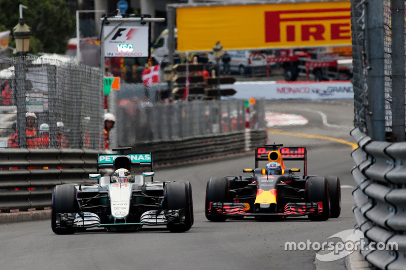 Lewis Hamilton, Mercedes AMG F1 W07 Hybrid et Daniel Ricciardo, Red Bull Racing RB12 en bataille