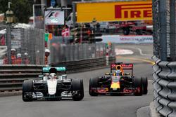 Lewis Hamilton, Mercedes AMG F1 W07 Hybrid y Daniel Ricciardo, Red Bull Racing RB12 luchan por la posición