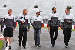 Ромен Грожан, Haas F1 Team, прогулюється трасою з командою