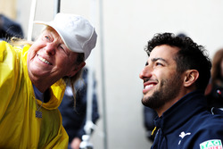 Даниэль Риккардо, Red Bull Racing фотографируется с фанатами