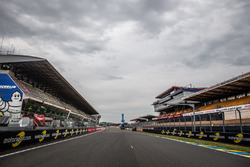 Motorsport.com trackside banners di start/finish straight