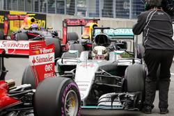Polesitter Lewis Hamilton, Mercedes AMG F1 W07 Hybrid in parc ferme