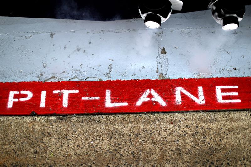 Dettaglio del logo Pitlane nel garage Red Bull Racing