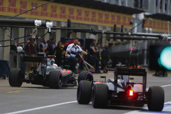 Jenson Button, McLaren MP4-31 y Fernando Alonso, McLaren MP4-31 en el pit lane