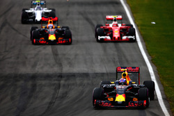 Max Verstappen, Red Bull Racing RB12, précède Daniel Ricciardo, Red Bull Racing RB12, Kimi Räikkönen, Ferrari SF16-H, et Valtteri Bottas, Williams FW38