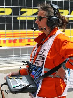 Eine Streckenarbeiterin mit dem System für die elektronischen Flaggensignale