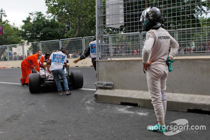 Нико Росберг, Mercedes AMG F1 W07 Hybrid остановился во время второй тренировки из-за внезапной потери мощности