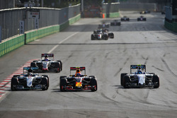Lewis Hamilton, Mercedes AMG F1 W07 Hybrid, Max Verstappen, Red Bull Racing RB12, und Valtteri Bottas, Williams FW38 im Positionskampf