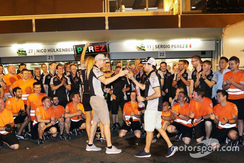 Sergio Perez, Sahara Force India F1 celebra su tercera posición con el compañero de equipo Nico Hulkenberg, Sahara Force India F1 y el equipo