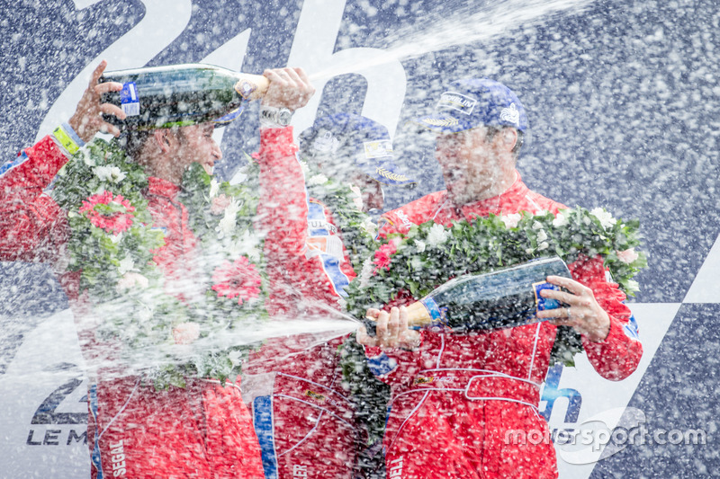 Подиум LMGT Am: победители - Билл Суидлер, Джефф Сигал, Таунсенд Белл, #62 Scuderia Corsa Ferrari 458 Italia