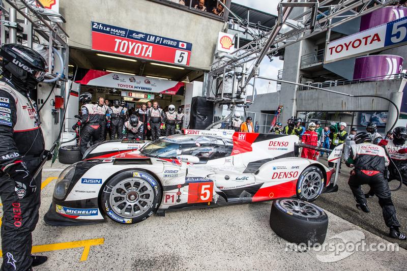 Arrêt au stand : #5 Toyota Racing Toyota TS050 Hybrid: Anthony Davidson, Sébastien Buemi, Kazuki Nakajima