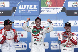 Podium: le vainqueur Tiago Monteiro, Honda Racing Team JAS, Honda Civic WTCC; le deuxième Yvan Muller, Citroën World Touring Car Team, Citroën C-Elysée WTCC; le troisième Norbert Michelisz, Honda Racing Team JAS, Honda Civic WTCC