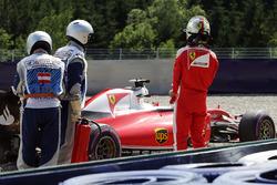 Sebastian Vettel, Ferrari SF16-H gira siobre la poista del circuito en la segunda sesión de práctica