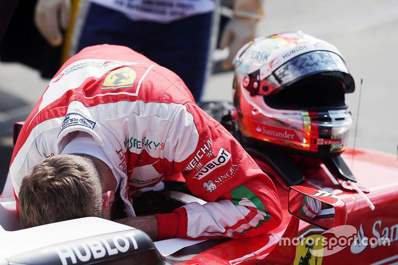 Sebastian Vettel, Ferrari SF16-H, hace un trompo durante la segunda sesión de entrenamientos libres