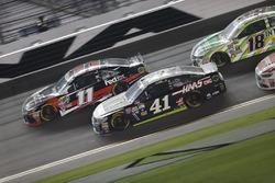 Kurt Busch, Stewart-Haas Racing Chevrolet, Denny Hamlin, Joe Gibbs Racing Toyota