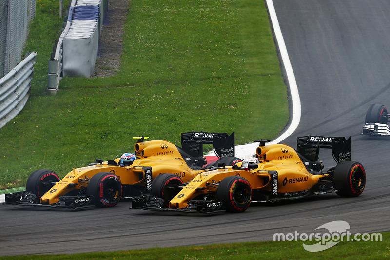 Jolyon Palmer, Renault Sport F1 Team RS16 and team mate Kevin Magnussen, Renault Sport F1 Team RS16 al inicio de la carrera