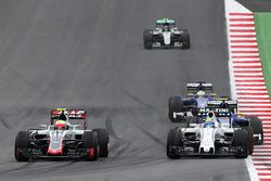 Esteban Gutierrez, Haas F1 Team VF-16 and Felipe Massa, Williams FW38 battle for position