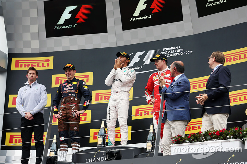 Il vincitore della gara Lewis Hamilton, Mercedes AMG F1 festeggia sul podio con il secondo classificato Max Verstappen, Red Bull Racing e il terzo classificato Kimi Raikkonen, Ferrari
