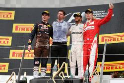 Sieger Lewis Hamilton, Mercedes AMG F1 mit dem 2.  Max Verstappen, Red Bull Racing und 3. Kimi Räikkönen, Ferrari auf dem Podium
