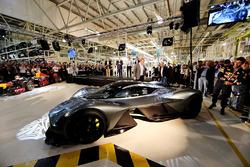 Daniel Ricciardo de Australia y Red Bull Racing inspecciona la AM-RB 001 en el Aston Martin y Red Bull Racing proyecto AMRB 001