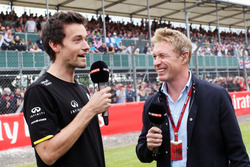 (Зліва направо): Джоліон Палмер, Renault Sport F1 Team та Сімон Лазенбі, телеведучий Sky Sports F1